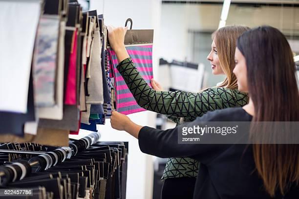 ファッションデザイナーの見本新モデルを選択