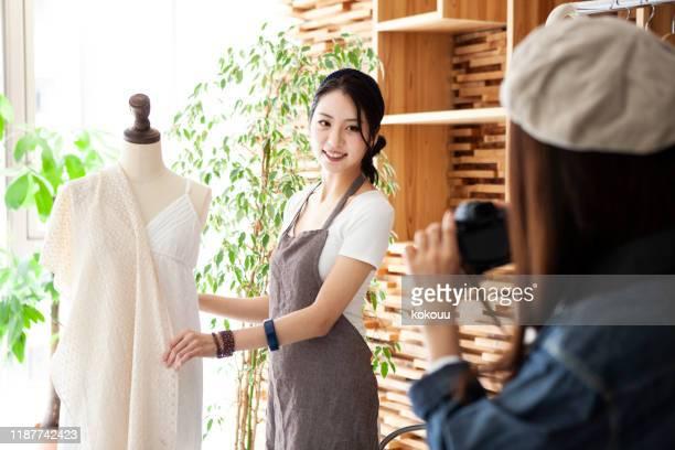 ファッションデザイナーが電話で顧客に連絡 - クリエイティブディレクター ストックフォトと画像