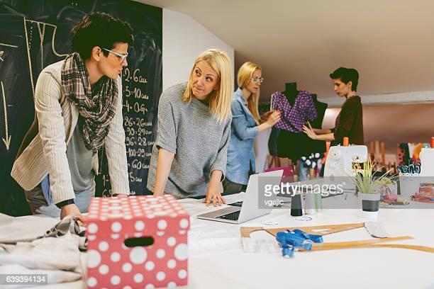 Mode-Designer arbeiten In der Werkstatt