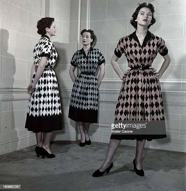 Fashion Dior 1950. Paris, février 1950 : présentation de robes de la collection Christian Dior : mannequins présentant des robes d'après-midi en...