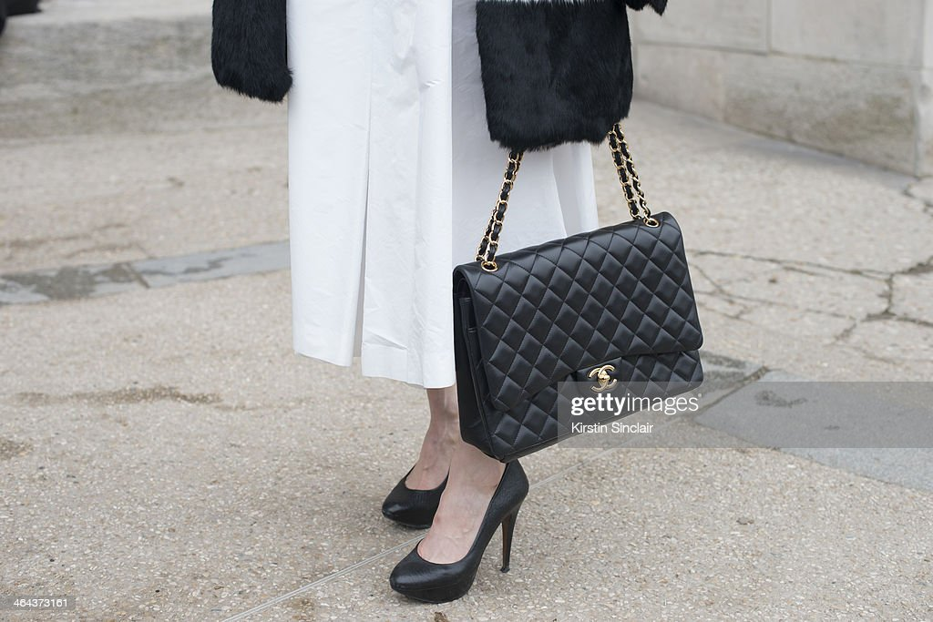 Street Style On January, 21 - Paris Fashion Week Haute Couture S/S 2014 : Fotografía de noticias