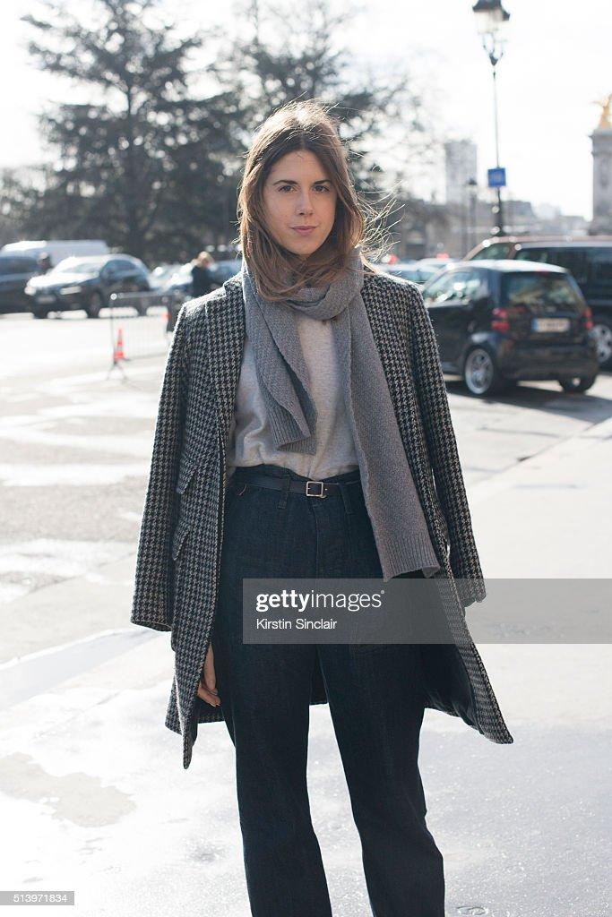 Street Style -Paris Fashion Week : Day Two Womenswear Fall Winter 2016/2017 : News Photo