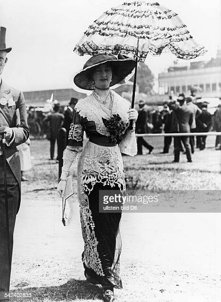 Fashion in the early 20th century Woman in an elegant dress with lace cape and umbrella - 1913 - Vintage property of ullstein bild
