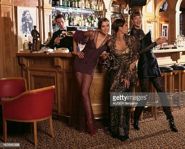 Lace Evening Dresses En France à Paris en décembre 1994 lors d'un reportage sur les robes de fête en dentelle Diana en dentelle de tulle prune avec...
