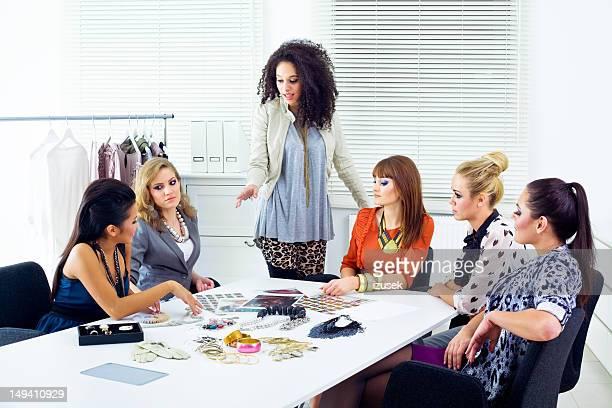 mode magazin meetings - editorial stock-fotos und bilder