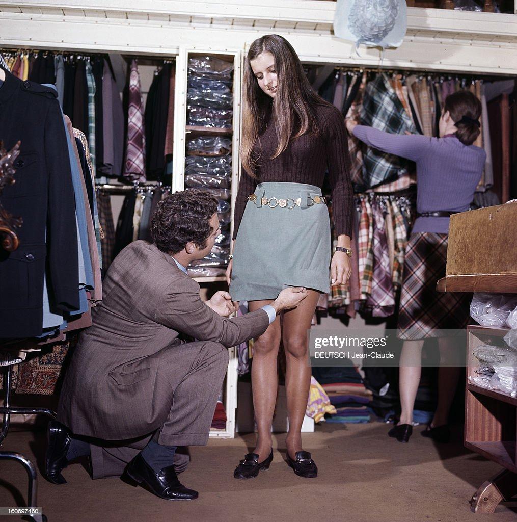 91d345209 Fashion Mini Skirts In The Street. En France, en septembre 1967 ...