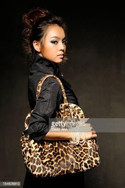 Mode Modell tragen Luxus-weibliche Tasche mit Leopardenmuster