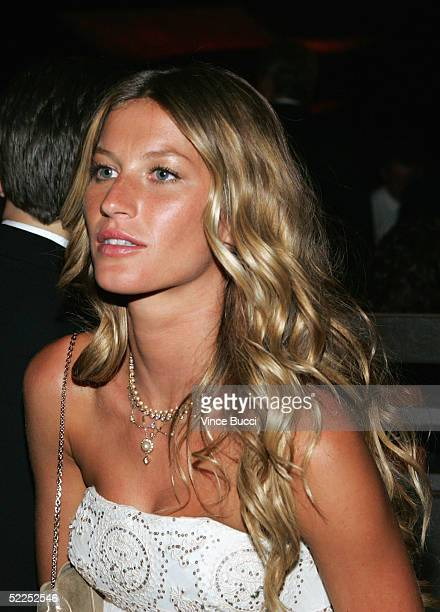 Fashion model Gisele Bundchen attends the Governor's Ball after the 77th Annual Academy Awards at The Highlands on February 27 2005 in Hollywood...