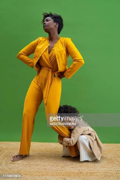 mode model moeder en dochter knuffel - fashion model stockfoto's en -beelden
