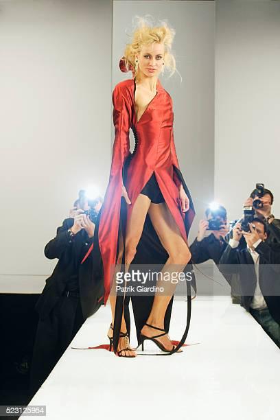 fashion model on runway - vêtement pour femmes photos et images de collection