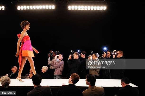 fashion model on runway - modeshow stockfoto's en -beelden