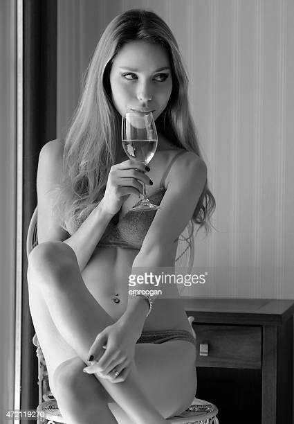 modelo sentado em um quarto de hotel e beber - mulher sedutora imagens e fotografias de stock