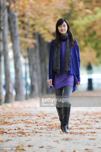 ファッションのモデルを歩くシャンゼリゼ、パリ