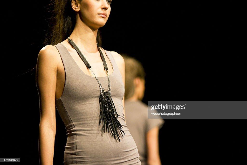 Modelos na passarela moda : Foto de stock