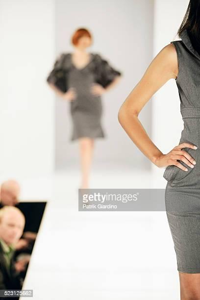 fashion models on runway - passarela palco imagens e fotografias de stock