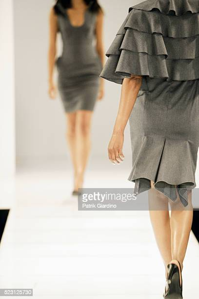 fashion models on runway - laufsteg stock-fotos und bilder
