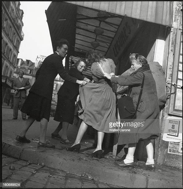 Fashion New Look In 1947 Christian Dior Paris octobre 1947 une jeune femme élégante en Christian DIOR se faisant agresser par des mégères qui...