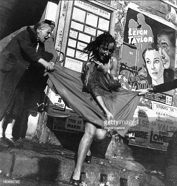 Fashion New Look In 1947 Christian Dior Paris octobre 1947 une jeune femme élégante portant une jupe corolle de Christian DIOR est prise à partie par...