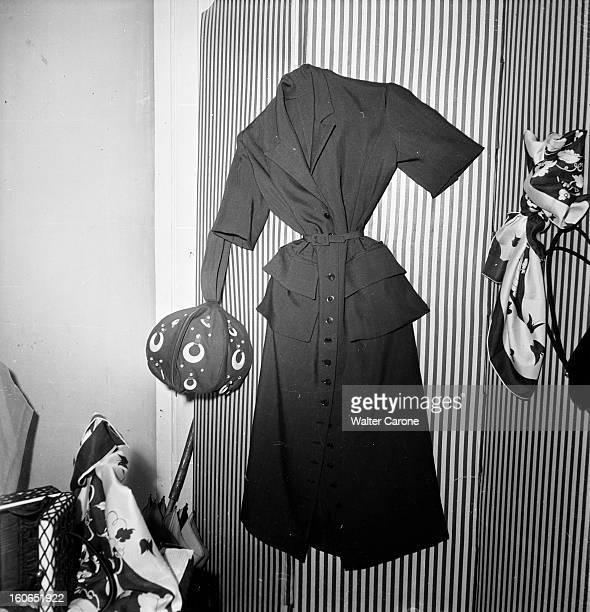 Fashion On Holidays In Paris Couture Designers Stores. Paris, juin 1949 : avant de partir en vacances, les Parisiennes affluent aux 'boutiques' des...
