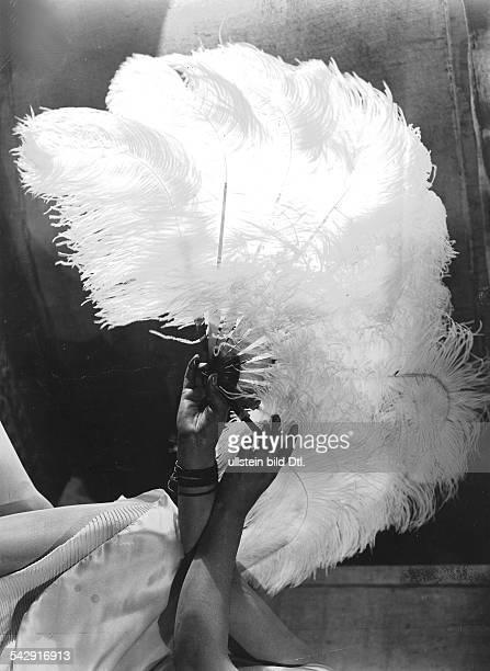 Fashion pictures Fan of ostrich feathers 1929 Photographer Winterfeld Published by 'Das Neueste von der Mode' 1/1929 Vintage property of ullstein bild