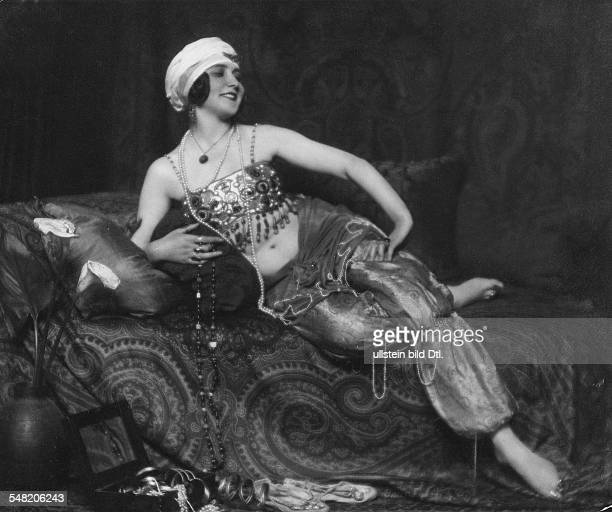 Fashion pictures Russian actress Maria Asty in an oriental costume on the divan 1921 Published by 'Die Dame' 23/1921 Vintage property of ullstein bild
