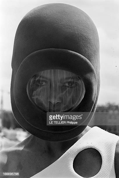 Fashion Pierre Cardin Collection. Le 04 Aout 1967, au pied de la tour Nobel, à Neuilly, le couturier Pierre CARDIN, entouré de ses mannequins,...