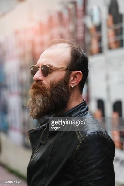 ritratto di moda di un bell'uomo barbuto - lungo foto e immagini stock