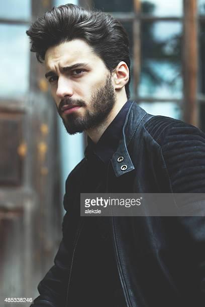moda retrato de um homem barbudo bonito - barba por fazer imagens e fotografias de stock