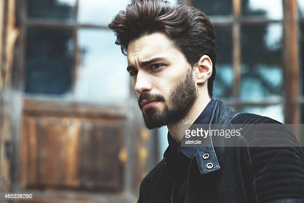 mode portrait de bel homme barbu souriant - coiffure homme photos et images de collection
