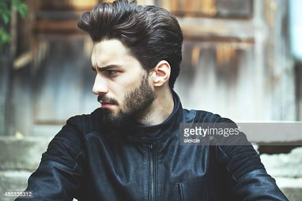 Moda Ritratto di bell'uomo barbuto