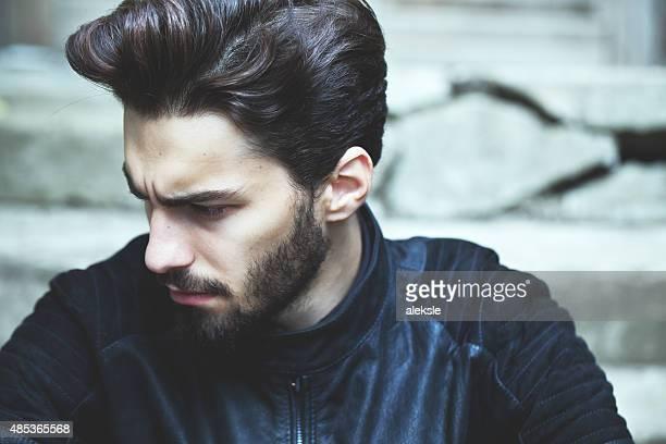 Retrato de moda de una atractiva barbudo