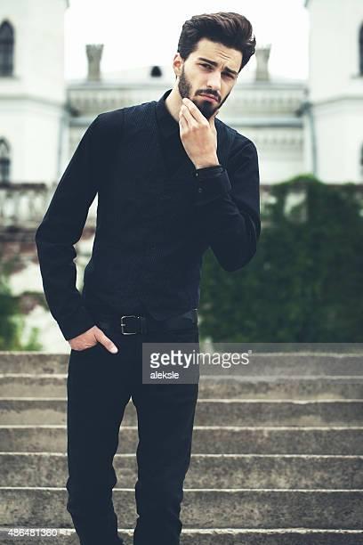 Mode portrait de bel homme barbu souriant.