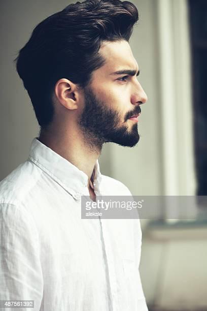 Retrato de moda de una atractiva barbudo.