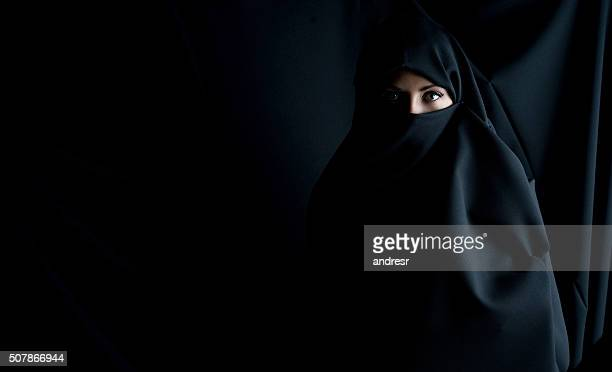 fashion portrait of a muslim woman - hijab - fotografias e filmes do acervo