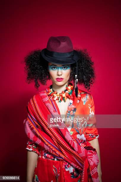 retrato de moda de mujer joven hermosa de estilo peruano - cultura peruana fotografías e imágenes de stock