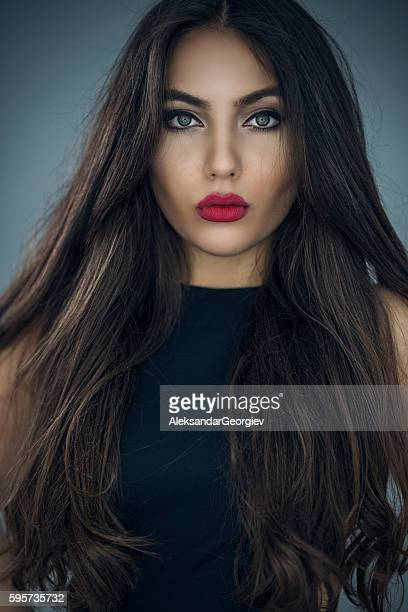 fashion portrait of beautiful young woman with long hair - vestido preto - fotografias e filmes do acervo