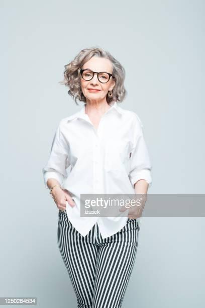 mode-porträt der eleganten seniorin - izusek stock-fotos und bilder