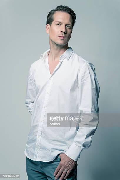 セクシーなファッションのあるハンサムな男性のポートレート - 白いシャツ ストックフォトと画像