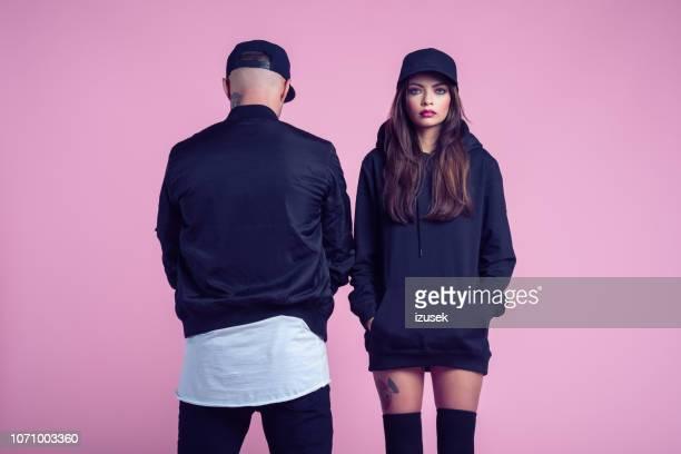 ritratto di moda della giovane coppia ribelle - top nero foto e immagini stock