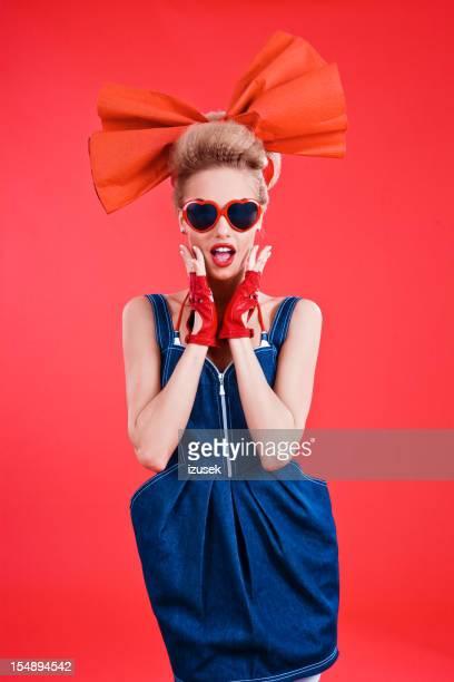 Mode portrait de femme posant sur fond rouge