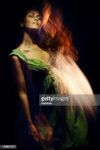 Moda Retrato de mulher jovem em fundo preto.