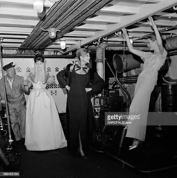 Fashion Presentation On The Seine France Paris 23 aout 1962 présentation de mode sur un bateau mouche voguant sur la Seine Ici la nuit trois...