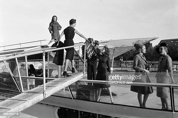 Fashion Presentation On The Seine France Paris 23 aout 1962 présentation de mode sur un bateau mouche voguant sur la Seine Ici des mannequins montent...