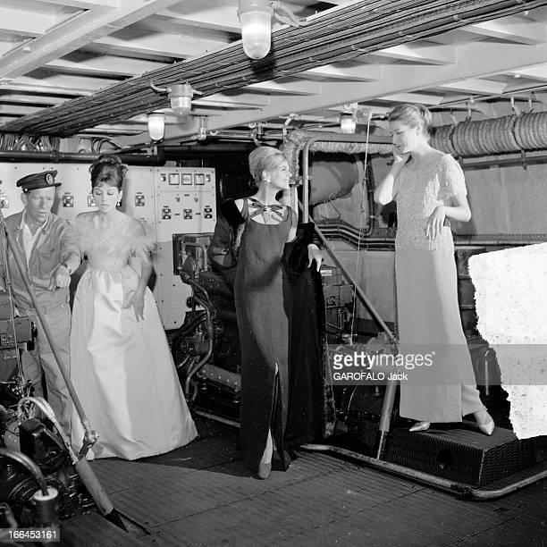 Fashion Presentation On The Seine / Pb Scan France Paris 23 aout 1962 présentation de mode sur un bateau mouche voguant sur la Seine Ici la nuit...
