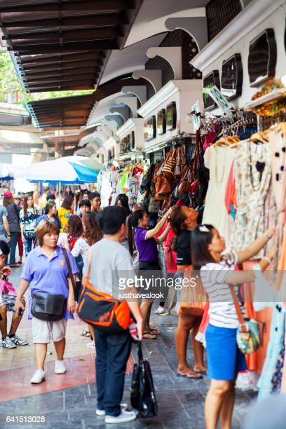 fashion shopping scene in bangkok - große personengruppe stock photos and pictures