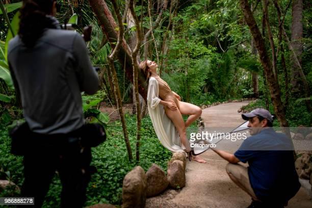 fashion shot in a jungle - sesion fotografica fotografías e imágenes de stock