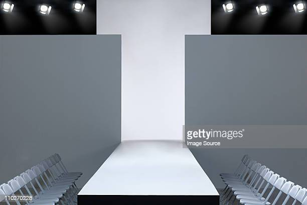 fashion show and empty catwalk - modeshow stockfoto's en -beelden