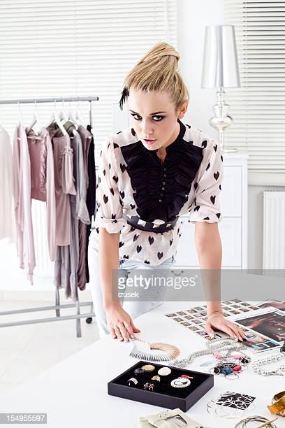 Fashion stylist bei der Arbeit