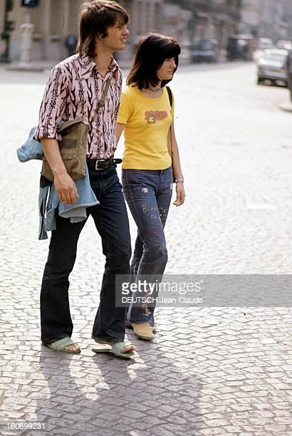 Fashion The Blue Jeans France 1973 L'empire du bluejean Côte à côte une jeune femme et un jeune homme vêtus tous deux d'un bluejeans brodé de fleurs...