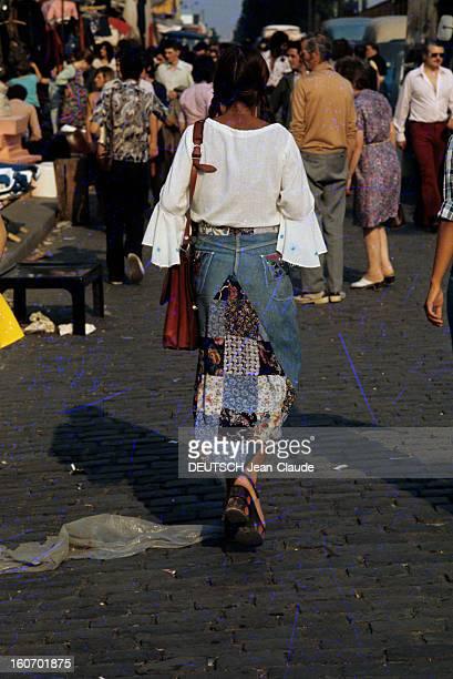 Fashion The Blue Jeans France 1973 L'empire du bluejean Une jeune femme se déplace dans une rue vêtue d'une jupe hybride jeanpatchwork et d'une...